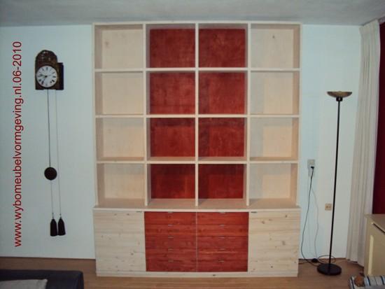 Wandkast afgewerkt met witte en rode olie